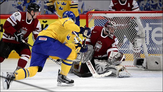Sweden's Loui Eriksson (#21) shoots to s